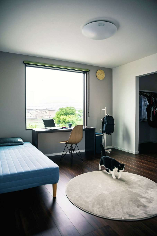 アフターホーム【1000万円台、夫婦で暮らす、ペット】2階の主寝室。大きなFIX窓に広がる緑の借景を眺めながらコーヒーブレイクも楽しめる。大容量のウォークインクローゼットも完備