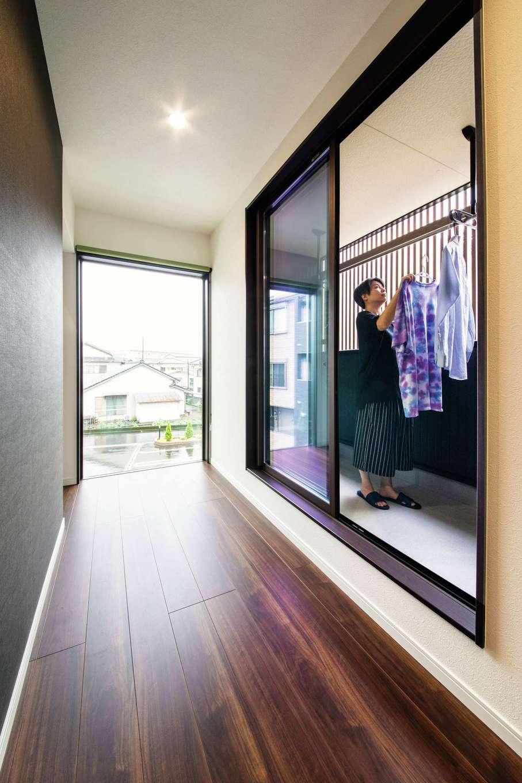 アフターホーム【1000万円台、夫婦で暮らす、ペット】猫脱走防止用に格子を付けたインナーテラス。風が通るので洗濯物もよく乾く。東側にも大きなFIX窓を設置した