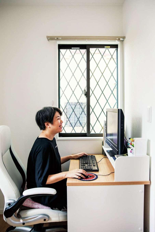 アフターホーム【1000万円台、夫婦で暮らす、ペット】グラフィックデザイナーの奥さまの仕事部屋。窓に設置した斜め格子の柵も猫脱走防止用
