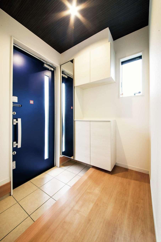 アフターホーム【1000万円台、夫婦で暮らす、ペット】鮮やかなブルーの玄関ドアは『アフターホーム』からの提案で、夫婦も気に入っている