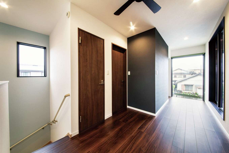 アフターホーム【1000万円台、夫婦で暮らす、ペット】2階のプライベート空間は床の色を落ち着いたダーク系に変えて。プライバシーを守りつつ清々入浴したいと浴室は2階に配置した