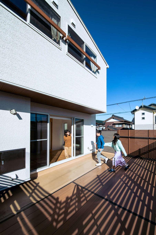 誠一建設 【デザイン住宅、省エネ、間取り】外からの視線を気にせずに過ごせるテラスを第2のリビングとして活用。子どもたちの遊び場にもなっている