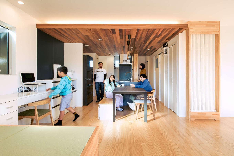 誠一建設 【デザイン住宅、省エネ、間取り】2階はキッチンを中心に配置。トイレ、浴室、洗面脱衣所に加え、ファミリークローゼットまで使い勝手良くレイアウトされている