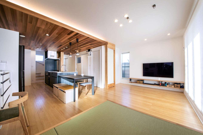 誠一建設 【デザイン住宅、省エネ、間取り】リビングの一角には、大容量の収納を兼ねた小上がりの畳スペースも。次世代型冷暖房システム「クール暖」のおかげで、家中が自然な心地良さに包まれている