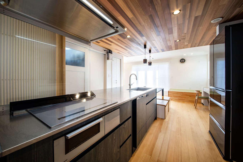 誠一建設 【デザイン住宅、省エネ、間取り】両サイドから作業することをイメージしてキッチンをオーダー。レッドシダーの飾り天井は、設計士のアイデアで取り入れたもの