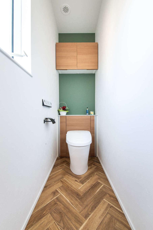 誠一建設 【デザイン住宅、省エネ、間取り】ヘリンボーンの床や壁紙で遊びを加えた2階のトイレ。朝の身支度など忙しい時間帯でも不便がないよう、1階にもトイレを設けた