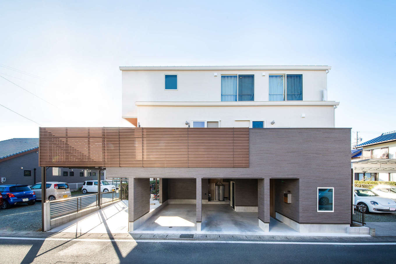 誠一建設 【デザイン住宅、省エネ、間取り】1階を土間仕上げの駐車スペースに。2階にリビングダイニングと水回り、3階に寝室と子どもたちの個室を配置したK邸