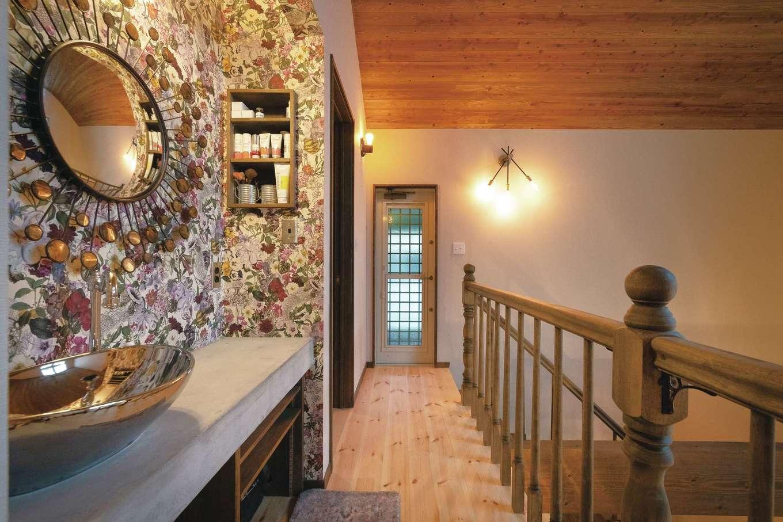 富士ホームズデザイン【デザイン住宅、ガレージ、インテリア】クロスは世界で活躍するミハラヤスヒロのテキスタイル。個性的な鏡やボウルも、この空間なら成立する
