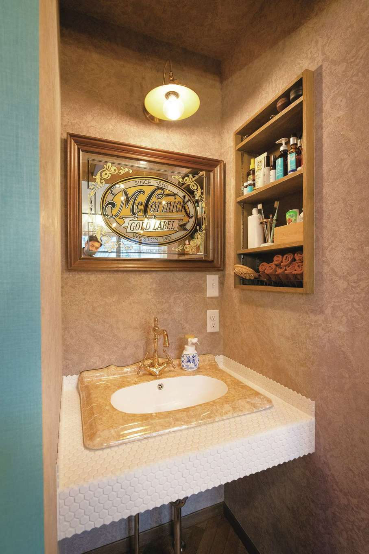 富士ホームズデザイン【デザイン住宅、ガレージ、インテリア】使い勝手を考え、1階洗面は脱衣室から分離させた。六角形のタイルや金色の水栓でエレガントな仕上がり