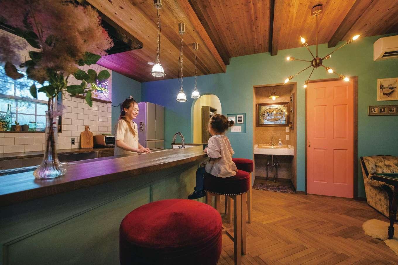 富士ホームズデザイン【デザイン住宅、ガレージ、インテリア】カウンタースタイルのキッチンはアメリカンダイナーのような雰囲気。造作の収納は取っ手ひとつまで吟味