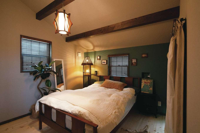 富士ホームズデザイン【デザイン住宅、ガレージ、インテリア】寝室も現地のフォトブックから抜き出したような仕上がり。『ラ シュエット フジ』で気に入った照明などのアイテムによりくつろぎがプラスされた