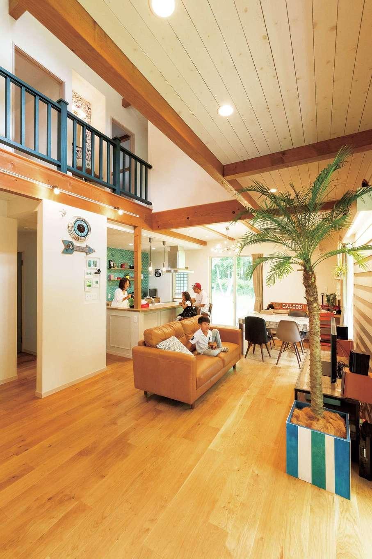 富士ホームズデザイン【デザイン住宅、子育て、インテリア】床はオーク、壁は珪藻土とベベル板、天井はスギ。縦横に伸びる大きな空間には自然素材のぬくもりが溶け込み、心からのリラックスがもたらされる。冷暖房効率を考え、手すり部分を壁にする案もあったが、階段入口に扉を設け、空間を閉じられるようにすることで、開放感と経済性との調和が図られた