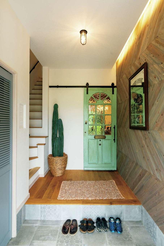 富士ホームズデザイン【デザイン住宅、子育て、インテリア】アンティークのドア、ヘリンボーンの壁、やさしく帰宅を迎える間接照明など、Tさん夫妻の要望と同社の提案力が玄関からしっかりとブレンドされている。左手のシューズクロークは奥行きがあり、アウトドアグッズもたっぷり収納