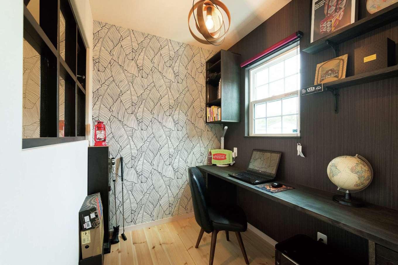 富士ホームズデザイン【デザイン住宅、子育て、インテリア】黒でまとめたご主人の書斎。階段に向けて設けた室内窓が広さを演出する