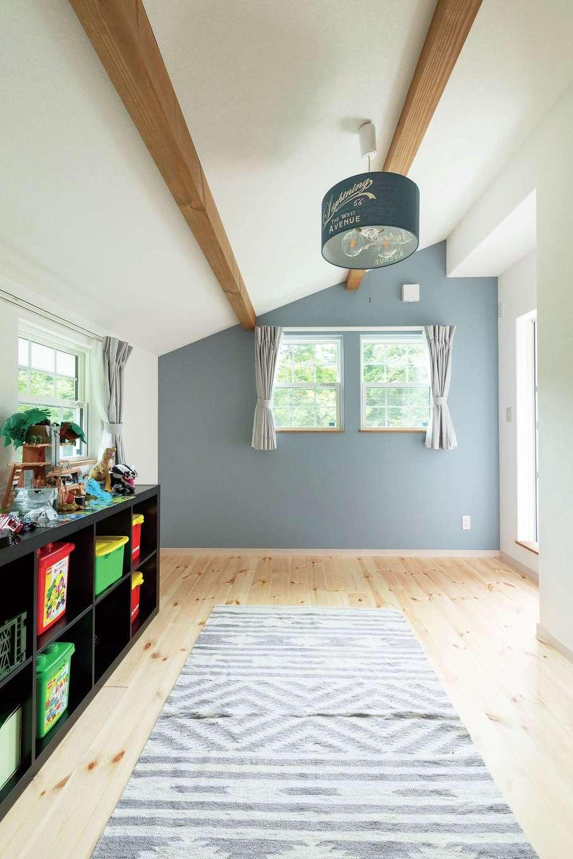 富士ホームズデザイン【デザイン住宅、子育て、インテリア】子ども部屋も勾配天井。長男の部屋はシックなブルーに