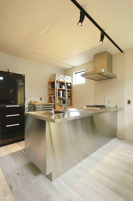 内田建設【趣味、ペット、平屋】オールステンレスのペニンシュラ型キッチン。料理タイムがより楽しくなった