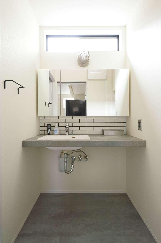 内田建設【趣味、ペット、平屋】ホテルライクなパウダールーム。造作の洗面台とタイルが絶妙に調和している