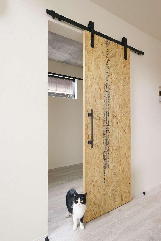 内田建設【趣味、ペット、平屋】ランドリールームにOSB合板の吊り戸を採用