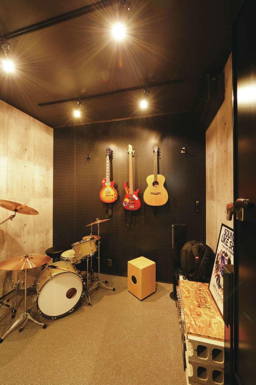 内田建設【趣味、ペット、平屋】ドラム、ベースを演奏するための防音室。ドアを閉めると完全に音漏れしない。室内のトーンに合わせて黒いエアコンを設置した