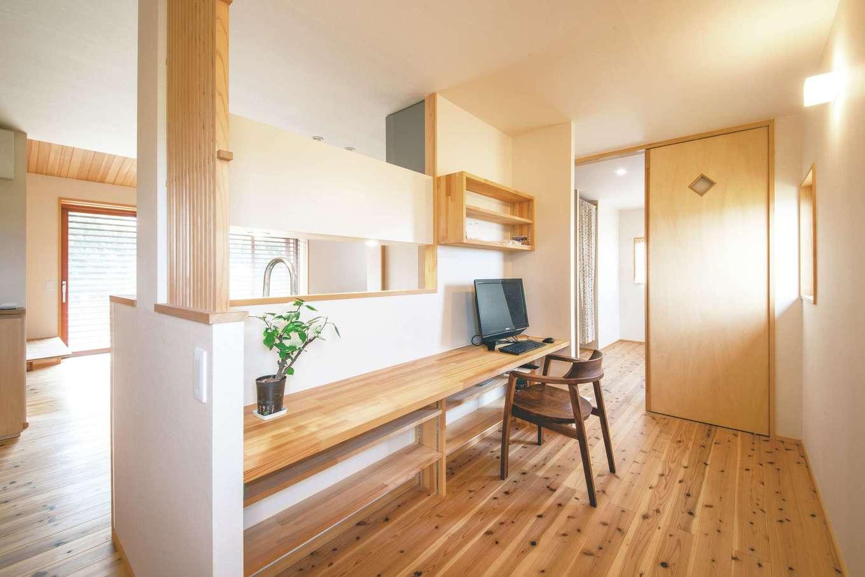 ぴたはうす 安食建設【和風、間取り、平屋】子ども部屋への通路を兼ねたキッチン裏のワークスペース