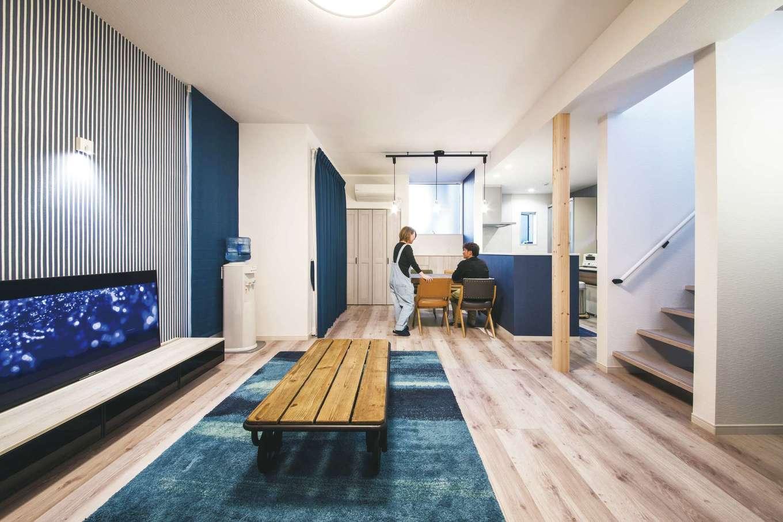 未来創建【デザイン住宅、省エネ、ペット】18.7畳のLDK。白を基調とした空間にネイビーが差し色に