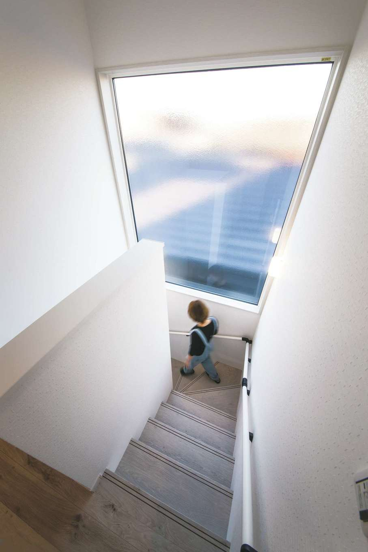 未来創建【デザイン住宅、省エネ、ペット】視線をカットしながら朝日を取り込む大きなFIX窓