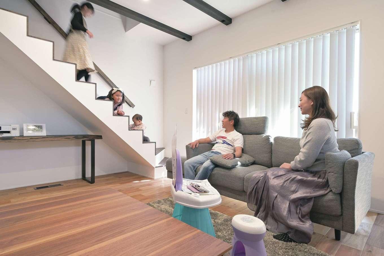 i.sus【子育て、省エネ、間取り】階段の踏み板を薄くしてすっきりとした印象に