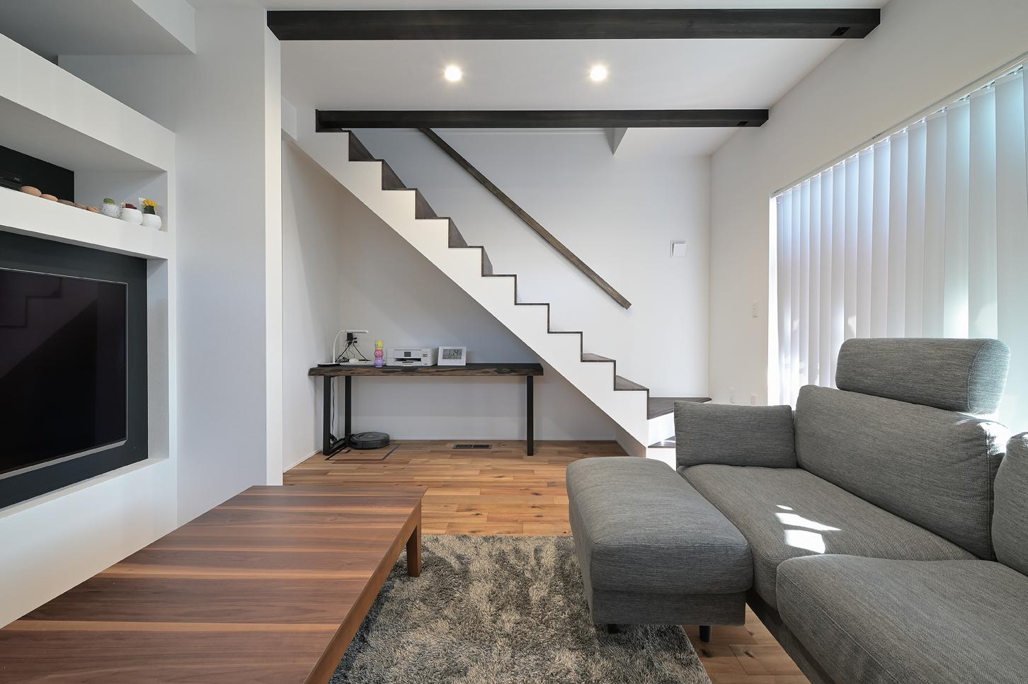 i.sus【子育て、省エネ、間取り】壁の上部を抜いたり、階段の手すりを壁側だけにしたり、元大工のご主人が設計士と相談しながら、より広く感じられるよう仕上げた