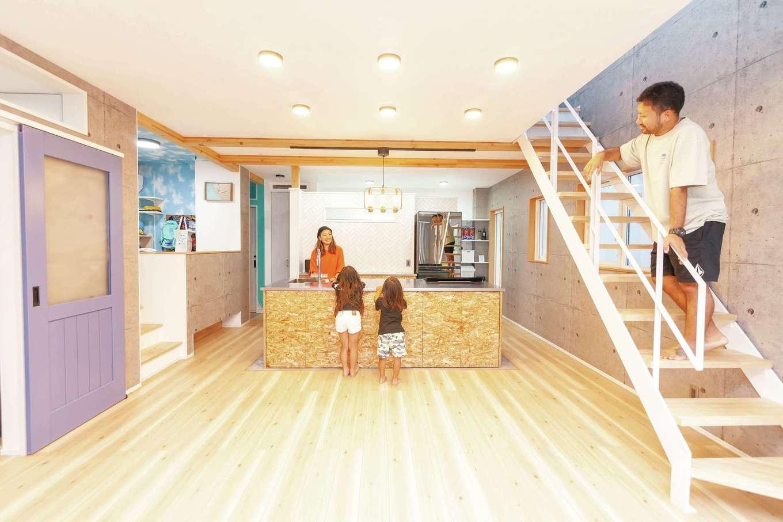 T-style 【子育て、趣味、スキップフロア】家族がどこにいても顔が見えるLDKは23.5畳の大空間。キッチンを起点にぐるぐると回遊できる間取りが便利。地中熱を活かした高性能な換気システムにより、キッチンにレンジフードがなくても匂いがこもらず、キッチンも開放的に。また、全室の壁の上部を開けて空気を循環させることで家中の温度差がなく、ヒートショックのリスクも少ない