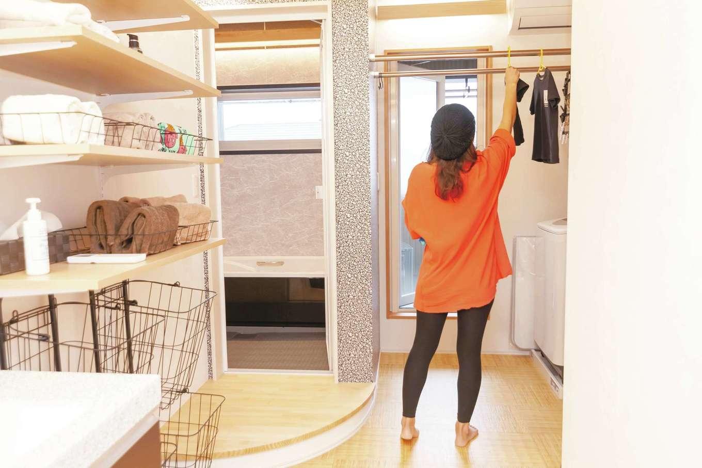 T-style 【子育て、趣味、スキップフロア】なるべく1階のLDKを広くしたかったことと、洗濯して、部屋干しして、収納するまでを一か所で済ませたかったので浴室、洗面脱衣室、部屋干しを2階に集めた。おかげで、家事と子育てに追われる奥さまの時短につながった