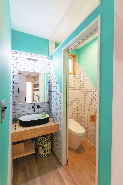 T-style 【子育て、趣味、スキップフロア】1階の洗面とトイレ。タイル調のクロスやポップな色のクロスを貼って明るいイメージに