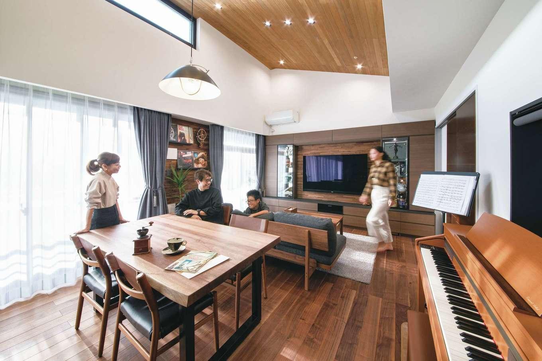 CLASSICA HOME/クラシカホーム|マンション最上階のアドバンテージを活かして、天井を剥がし、吹抜けにしたことで、より開放感が生まれた。小屋裏スペースもできて、収納量が大幅に増えた。床は無垢のウォルナットで、インテリアも同じテイストでコーディネートした。床・天井・壁を張り替え、ぺアガラスを追加したことで断熱・気密・遮音性が増し、ピアノやバイオリンの音も以前より響かなくなった