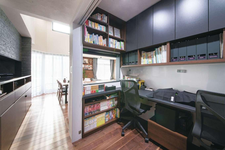 CLASSICA HOME/クラシカホーム|和室を半分に減らした代わりに誕生したスタディコーナー。間仕切りがなく、リビング、キッチンとのコミュニケーションもスムーズ。あえてテレビが見えないように設計したのもこだわり。造作の収納棚、本棚も使いやすい。将来はご主人の書斎になる予定