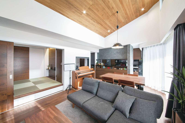 CLASSICA HOME/クラシカホーム|ダイナミックな勾配天井のLDK。白っぽい北欧スタイルの内装がウォルナットの落ち着いた空間に生まれ変わった