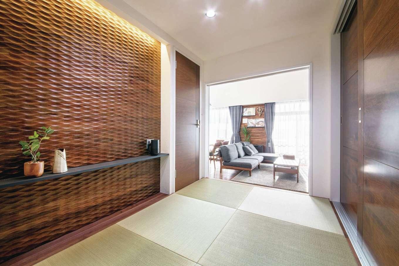 CLASSICA HOME/クラシカホーム|6畳から3畳に縮小した小上がりの和室。壁一面に浮造りのアクセントウォールを採用。福岡在住の奥さまのお母さまが泊まりにきたときの寝室にもなる