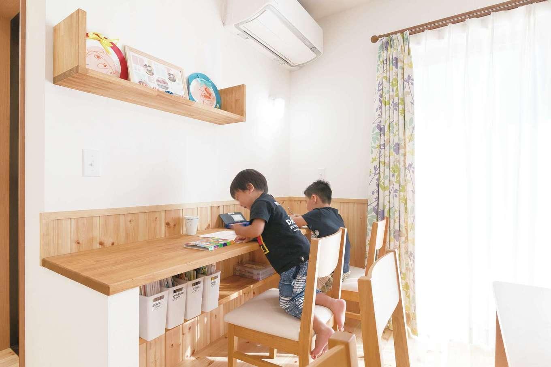 四季彩ひだまり工房 高田工務店【デザイン住宅、子育て、間取り】2階の子ども部屋はすべて4.5畳で、寝るためだけの場所。だから子どもたちはダイニングの一角に造作したカウンターでお勉強。ママは子どもの勉強の進行具合がわかり、子どもはママに見守られている安心感があるので集中できる