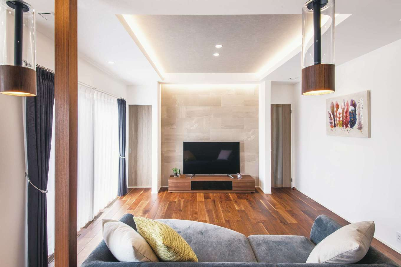 コットンハウス【デザイン住宅、子育て、省エネ】エコカラットのアクセントウォールと間接照明が映えるリビング。壁や建具は奥さまの好きなニュアンスカラーでコーディネート。天井高は270cmよりもさらに高くして縦の広がりを強調した