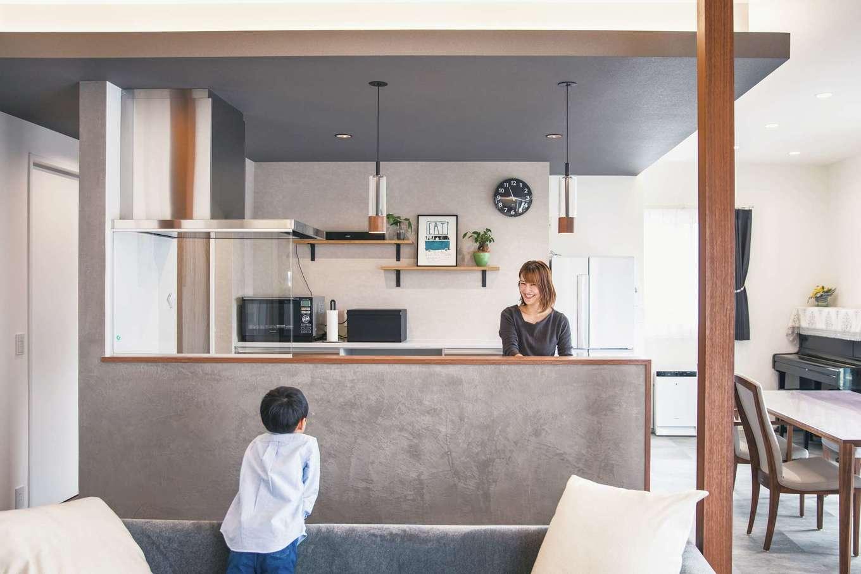 コットンハウス【デザイン住宅、子育て、省エネ】回遊式の動線が便利なアイランドキッチン。サイドの壁の通路側にはマガジンラックとマグネットウォールを設けてある
