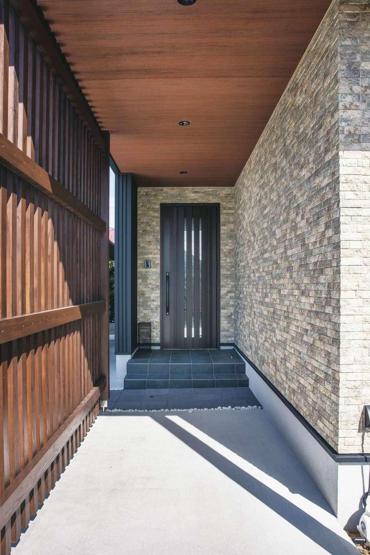 コットンハウス【デザイン住宅、子育て、省エネ】格子と壁で隠した玄関アプローチが、どことなくミステリアスな印象を放つ