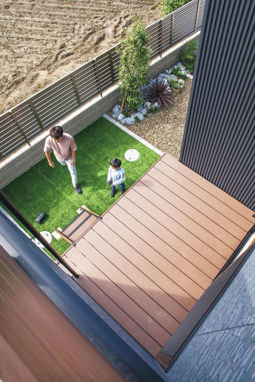 コットンハウス【デザイン住宅、子育て、省エネ】「建物も広くしたいけれど、庭は絶対に確保したい!」という夫妻の要望で実現したデッキ&ガーデンは、実際の暮らしでも大活躍