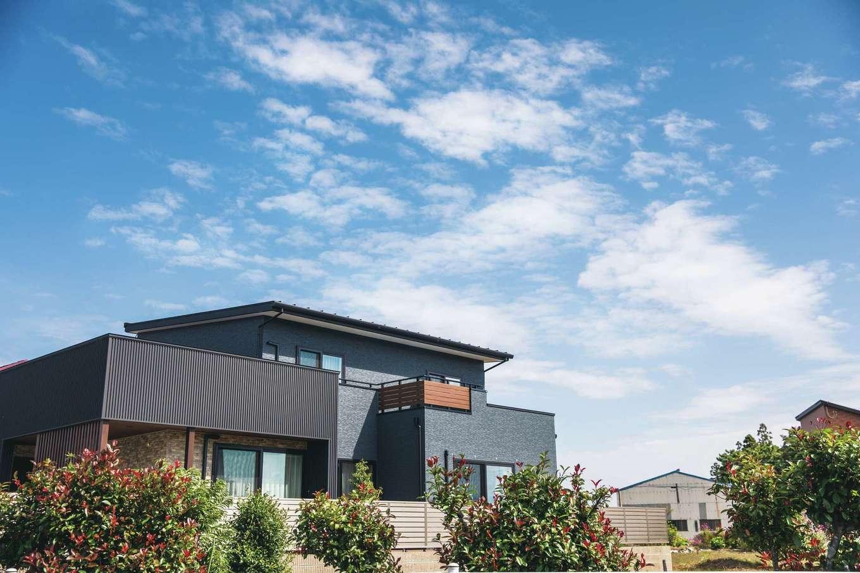 コットンハウス【デザイン住宅、子育て、省エネ】黒を基調に木目をプラスしたスタイリッシュな外観