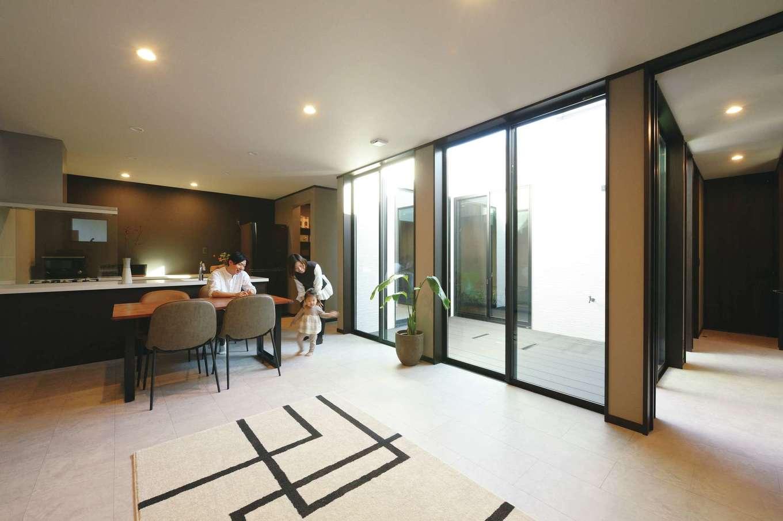 Um House(マル祐戸田建築)【デザイン住宅、間取り、スキップフロア】道路側に窓がなくても、広い中庭からたっぷりの光と風を招くので、どの部屋も明るくて快適。外と中のつながりが生まれ、家にいながらオープンエアの開放感を得ることができる。床から天井まで届くハイドアも標準仕様で、室内がより広く感じられる。家中をぐるぐると回遊できる間取りが家事効率を高めるとともに、子どもの創造力も育てる