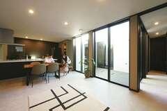 プライバシーと開放感を両立 中庭から光を取り込む家
