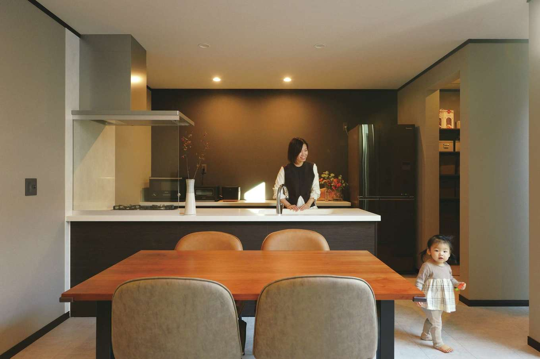Um House(マル祐戸田建築)【デザイン住宅、間取り、スキップフロア】家族がどこにいても見渡せる場所にキッチンをレイアウト。つながり感が心地いい