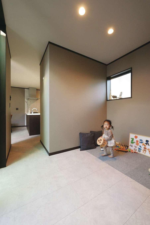 Um House(マル祐戸田建築)【デザイン住宅、間取り、スキップフロア】フリースペースは趣味部屋はもちろん、子ども部屋としても使える。キッチンから近いので、奥さまも子どももお互いの気配がわかって安心できる