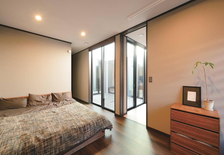 Um House(マル祐戸田建築)【デザイン住宅、間取り、スキップフロア】隣家に近い主寝室も、周囲を気にすることなく中庭からの日を採りこむことができる