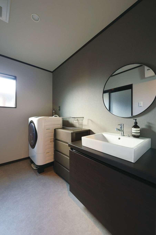 Um House(マル祐戸田建築)【デザイン住宅、間取り、スキップフロア】玄関から近い場所にあるホテルライクなサニタリー。丸鏡と造作の洗面台がおしゃれ