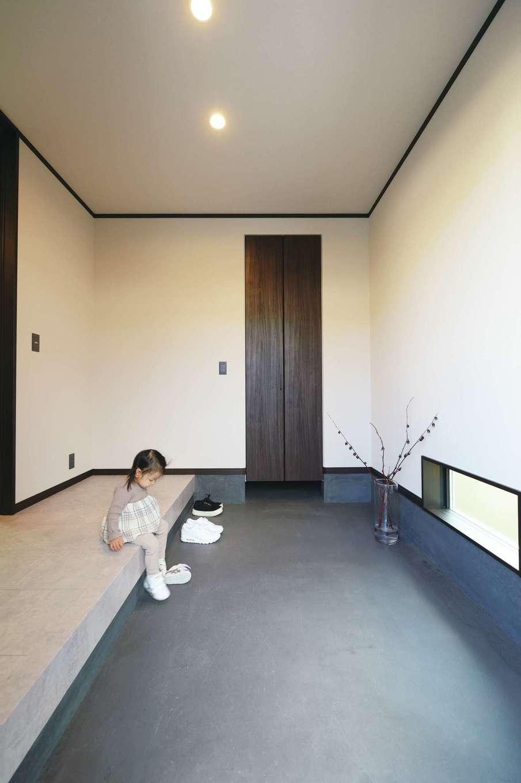 Um House(マル祐戸田建築)【デザイン住宅、間取り、スキップフロア】ゆったりとした土間玄関。無機質なモルタル仕上げでかっこよくデザインされている。収納も充実