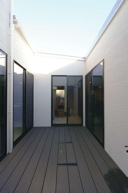 Um House(マル祐戸田建築)【デザイン住宅、間取り、スキップフロア】家の中央にある6畳の中庭。三方向を建物に囲まれていても、この中庭から全室に光が届くので十分な明るさを確保できる。目線を気にせずにBBQや水遊びも楽しめる