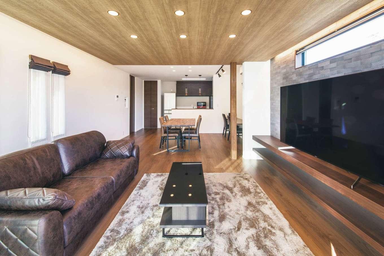 スズイチ【デザイン住宅、平屋、ガレージ】間接照明がラグジュアリー感を醸し出すリビング